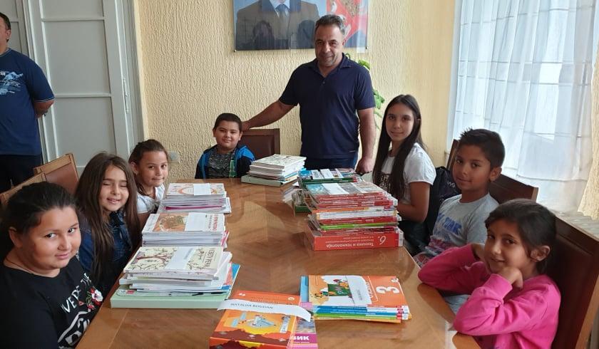Подељени уџбеници деци ромске националности