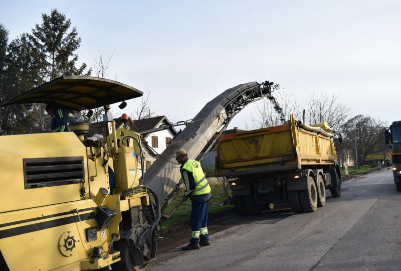 Почели радови на санацији локалног пута у Каравукову